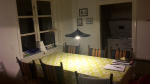 Åben køkken med spiseplads spisebord