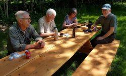 Der var en del af foreningens medlemmer, der valgte at tilbringe den 1. maj i selskab med fiskestangen, ved vort dejlige fiskevand. Det vidnede foreningens P-pladser alt om, men det virkede nu ikke, som om fiskene havde samme opfattelse - Vi observerede det i hvert fald ikke. Vejret var fra morgenstunden lidt råkoldt med småregn. Men humøret steg et par grader, da seniorerne mødtes ved K2, for at spise deres medbragte frokost. Snakken gik vældigt, der blev fortalt om oplevelser fra de sidste par ugers fiskeri. Keld var den eneste, som i løbet af formiddagen, havde haft et tilbud ved hans wobler. På billedet ses fra venstre Bjarne, Erik, Bent, Arling, Gerda, Keld og Carl. Mon ikke vi inden længe kan læse om fangster, nu hvor vandstanden er steget lidt igen. Næste senior fisketur er den 15. maj. Fortsat Knæk og Bræk.