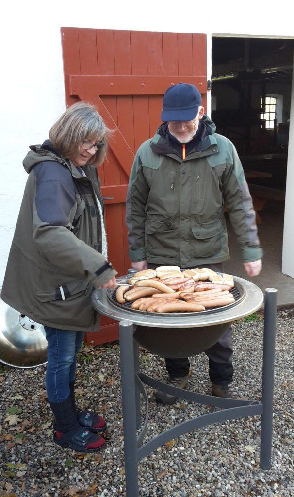 Gerda og Erik griller pølser