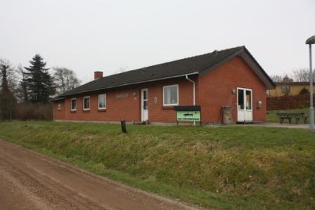 æ fiskehus i Gram Huset er beliggende på Råstedhøjvej nr. 10 med adgang fra Åvej. Adgang fra Ribe Landevej er ikke muligt med bil, da der er opsat en bom, der deler Råstedhøjvej i 2 dele.