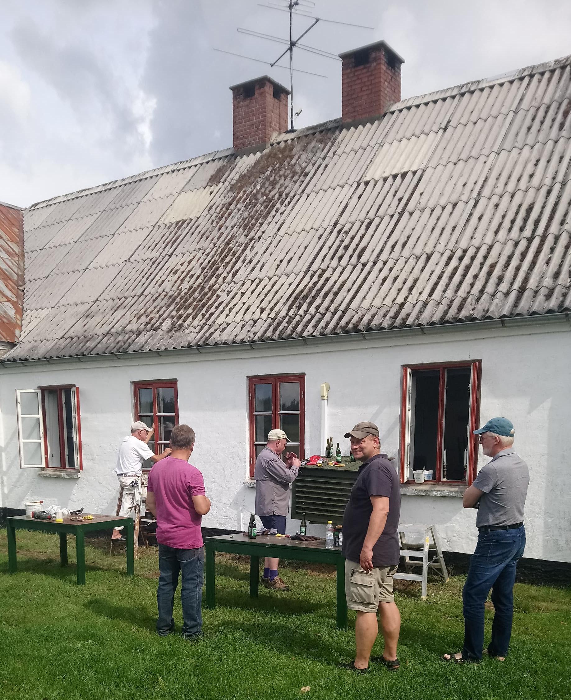 Her ses nogle af de frivillige renovere vinduerne i K2