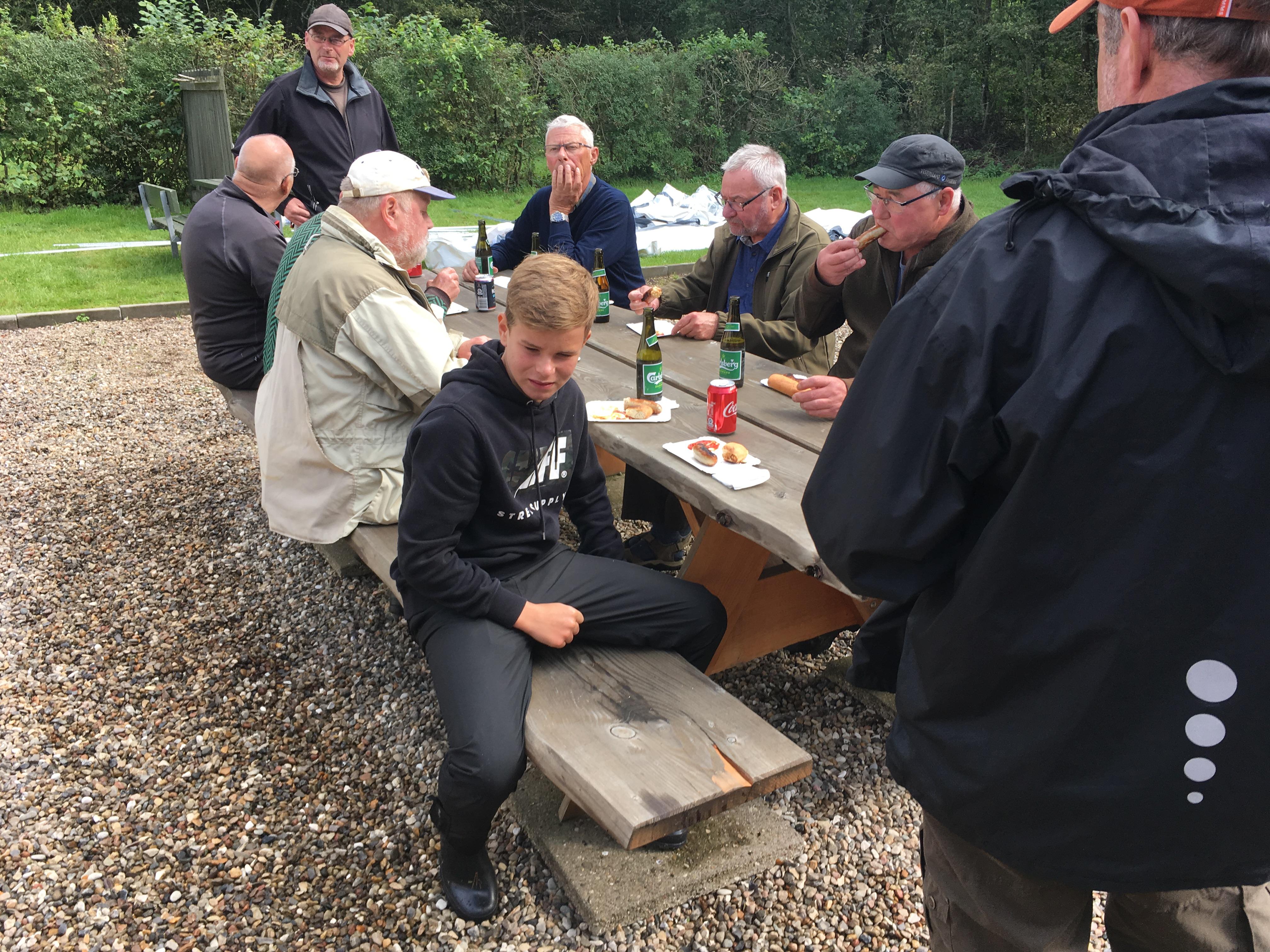 Medlemmerne hygger sig ved bordet
